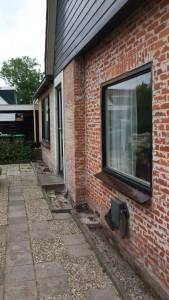 Oude buitenmuur waarvan het stucwerk is verwijderd