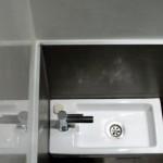 Decoratieve afwerking in het toilet. Combinatie van stucwerk met tegels.