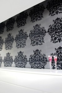 behang geplakt op een gestucte muur