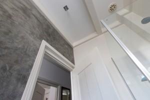 Betonlook in badkamer gecombineerd met muurverf en tegels.