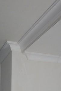 Kooflijst aangebracht op verlaagd plafond