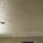 Gipspleister is aangebracht op het plafond nadat deze voorzien is van voorstrijk.