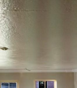 Stucen van een plafond met hechtgips