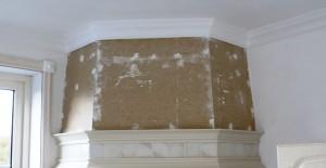 Na: Plafond en wand gepleisterd en kooflijst aangebracht tussen wand en plafond.